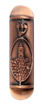 """תמונה של בית מזוזה לרכב מנחושת עם תבליט """"מגדל דוד"""""""