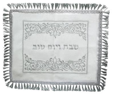 תמונה של כיסוי חלה לבן עם ריקמה בצבע כסף ופרנזים