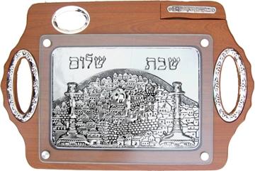 """תמונה של מגש לחלה מעץ מייפל עם תבליט וסכין """"ירושלים העתיקה"""""""