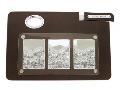 """תמונה של מגש מהודר לחלה מעץ עם תבליט שלושה חלקים וסכין """"ירושלים העתיקה"""""""