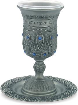 תמונה של גביע קידוש ותחתית מפיוטר מעוטר בסגנון פיליגרן ומשובץ אבנים