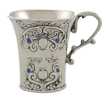 """תמונה של גביע קידוש ממתכת מצופה כסף מעוטרת ומשובצת אבנים """"ילד טוב"""""""