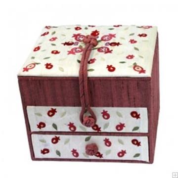 """תמונה של קופסת תכשיטים רקומה """"רימונים"""" - יאיר עמנואל"""