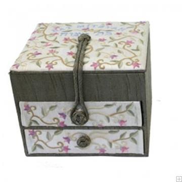 """תמונה של קופסת תכשיטים רקומה """"פרחים"""" - יאיר עמנואל"""