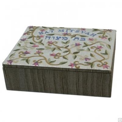 """תמונה של קופסת תכשיטים רקומה לבת מצווה """"פרחים"""" - יאיר עמנואל"""