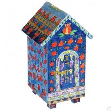 """תמונה של קופת צדקה מעץ בצורת בית """"רימונים"""" - יאיר עמנואל"""
