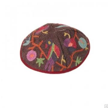 """תמונה של כיפה רקומה בעבודת יד """"ציפורים"""" (צבעוני) - יאיר עמנואל"""