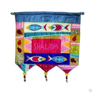 """תמונה של קישוט קיר ממשי רקום """"דגים שלום"""" (צבעוני - אנגלית) - יאיר עמנואל"""