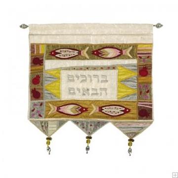 """תמונה של קישוט קיר ממשי רקום """"ברוכים הבאים"""" (זהב - עברית) - יאיר עמנואל"""
