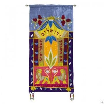"""תמונה של קישוט קיר ממשי רקום """"אריות ירושלים"""" (צבעוני - עברית) - יאיר עמנואל"""