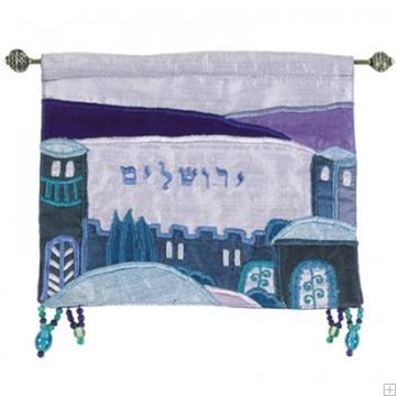 """תמונה של קישוט קיר ממשי רקום """"ירושלים העתיקה"""" (כחול - עברית) - יאיר עמנואל"""