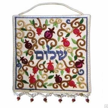 """תמונה של קישוט קיר ממשי רקום """"שלום - אוריינטלי"""" (לבן - עברית) - יאיר עמנואל"""