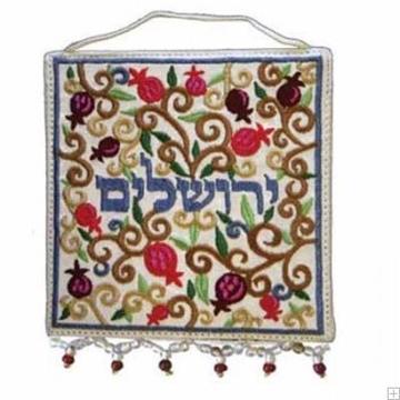 """תמונה של קישוט קיר ממשי רקום """"ירושלים - אוריינטלי"""" (עברית) - יאיר עמנואל"""