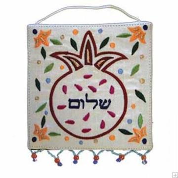 """תמונה של קישוט קיר ממשי רקום """"רימונים - שלום"""" (לבן - עברית) - יאיר עמנואל"""