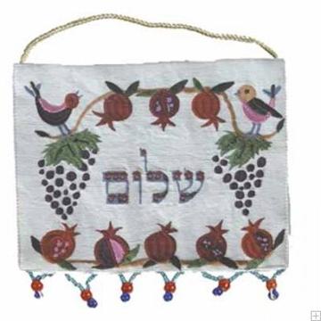 """תמונה של קישוט קיר ממשי רקום """"שלום"""" (לבן - עברית)  - יאיר עמנואל"""