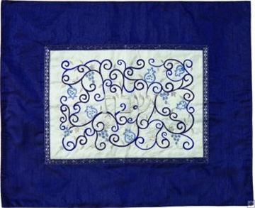 """תמונה של כיסוי חלה ממשי עם ריקמה """"רימונים"""" (לבן על כחול) - יאיר עמנואל"""