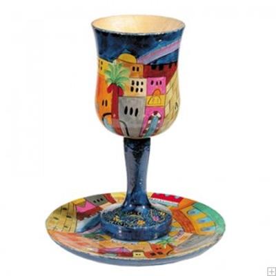 """תמונה של גביע קידוש קטן מעץ עם תחתית """"נוף ירושלים העתיקה"""" - יאיר עמנואל"""