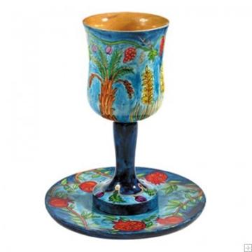 """תמונה של גביע קידוש מעץ עם תחתית """"שבעת המינים"""" - יאיר עמנואל"""