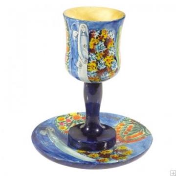 """תמונה של גביע קידוש קטן מעץ עם תחתית """"דמויות"""" - יאיר עמנואל"""