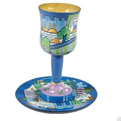 """תמונה של גביע קידוש קטן מעץ עם תחתית """"ירושלים העתיקה"""" (כחול)  - יאיר עמנואל"""