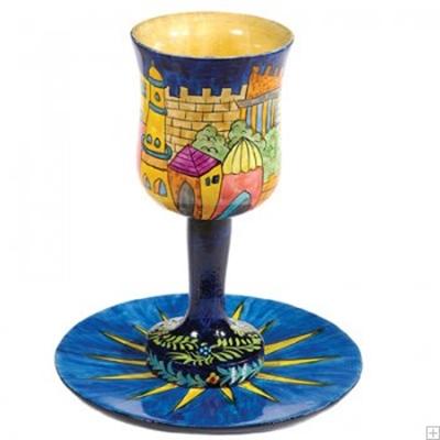 """תמונה של גביע קידוש קטן מעץ עם תחתית """"מגדל דוד"""" - יאיר עמנואל"""