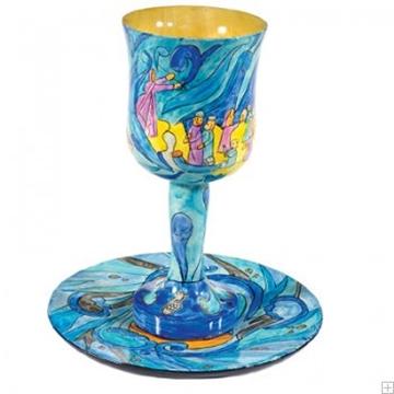 """תמונה של גביע קידוש קטן מעץ עם תחתית """"יציאת מצרים"""" - יאיר עמנואל"""