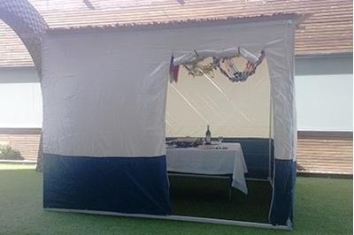 תמונה של סוכה 2x2 עם חלון ודלת