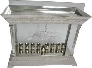 תמונה של חנוכיה מניקל עם סגירה מזכוכית