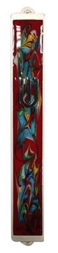 תמונה של בית מזוזה ממתכת עם עיטורים צבעוניים ורקע אדום