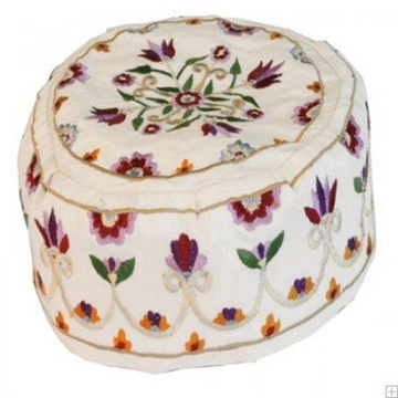 """תמונה של כובע רקום בעבודת יד """"פרחים"""" (לבן) - יאיר עמנואל"""