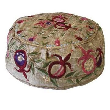 """תמונה של כובע רקום בעבודת יד """"רימונים"""" (זהב) - יאיר עמנואל"""