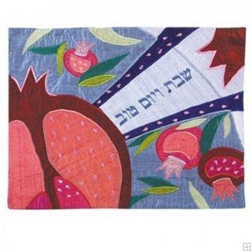 """תמונה של כיסוי חלה ממשי עם ריקמה """"רימונים ופרחים"""" (כחול) - יאיר עמנואל"""
