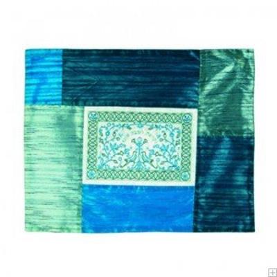 """תמונה של כיסוי חלה ממשי עם ריקמת טלאים """"פרחים"""" (כחול) - יאיר עמנואל"""