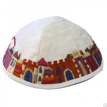 """תמונה של כיפה רקומה """"ירושלים העתיקה"""" (לבן) - יאיר עמנואל"""