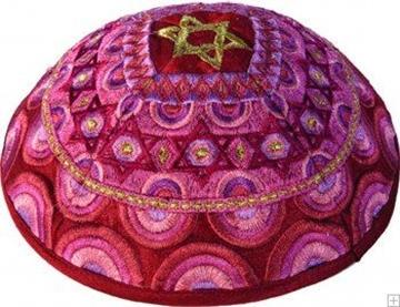 """תמונה של כיפה רקומה """"מגן דוד וקשתות"""" (אדום) - יאיר עמנואל"""