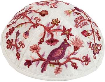 """תמונה של כיפה רקומה """"ציפורים ופרחים"""" (אדום) - יאיר עמנואל"""
