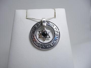 תמונה של תליון דיסקית מכסף עם מגן דוד מתנדנד משובץ אוניקס והכיתוב 'יפתח ה' לך את אוצרו הטוב'