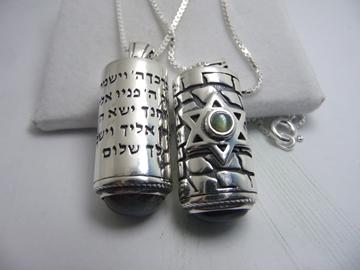 """תמונה של תליון כסף בעיצוב  """"מזוזה"""" עם ברכת הכהנים ומגן דוד כסף משובץ עין החתול"""