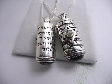 """תמונה של תליון כסף בעיצוב """"מזוזה"""" עם תפילת הדרך ומגן דוד כסף משובץ עין החתול"""