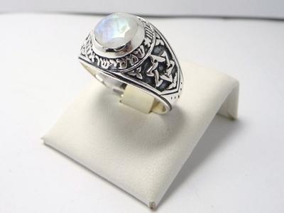 """תמונה של טבעת כסף עם שיבוץ אבן מונסטון באמצע והכיתוב """"שמע ישראל"""" ובצדדים עיטורים של מגני דוד"""