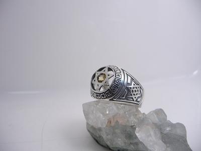 תמונה של טבעת כסף בשילוב צירופים עם מגן דוד כסף באמצע בשיבוץ אבן סיטרין