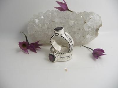 תמונה של טבעת 'רבות בנות עשו חיל' בכסף בשיבוץ אבן גרנט
