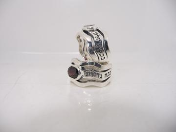 """תמונה של טבעת כסף גלית רחבה עם הכיתוב """"אנא בכוח"""" בשיבוץ גרנט"""