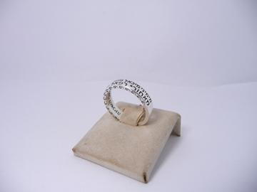 """תמונה של טבעת כסף דקה עם הכיתוב """"מימיני מיכאל"""""""