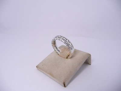 תמונה של טבעת כסף דקה עם שמות המלאכים