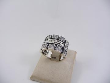 """תמונה של טבעת כסף עם שיבוצי זירקון  והכיתוב """"שמע ישראל"""""""