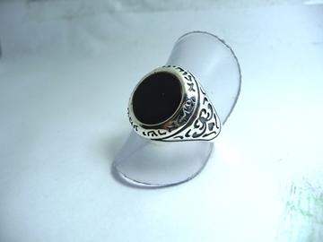 תמונה של טבעת כסף עם פיתוחים בצדדים ושיבוץ אבן אוניקס