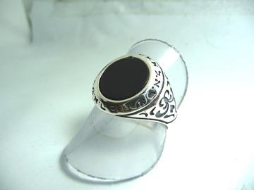 תמונה של טבעת כסף עם פיתוחים בצדדים משובצת באבן אוניקס