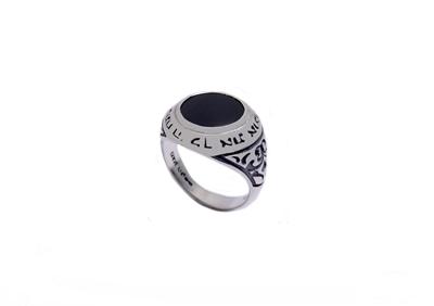 """תמונה של טבעת כסף בשיבוץ אוניקס עם הכיתוב """"יפתח לך ה' את אוצרו"""" בשילוב עיטורים בצדדים"""